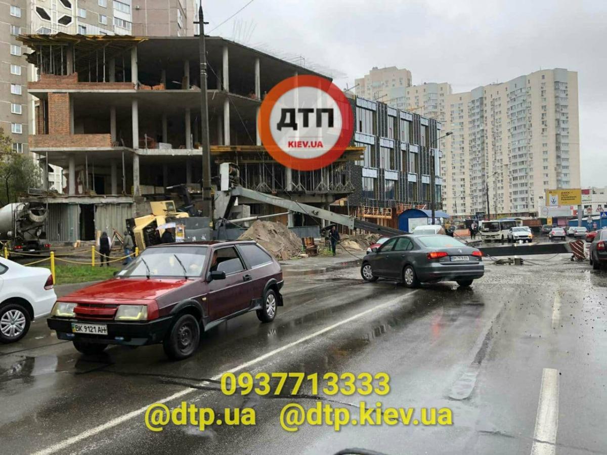 В Киеве упал строительный кран / фото t.me/dtpkievua
