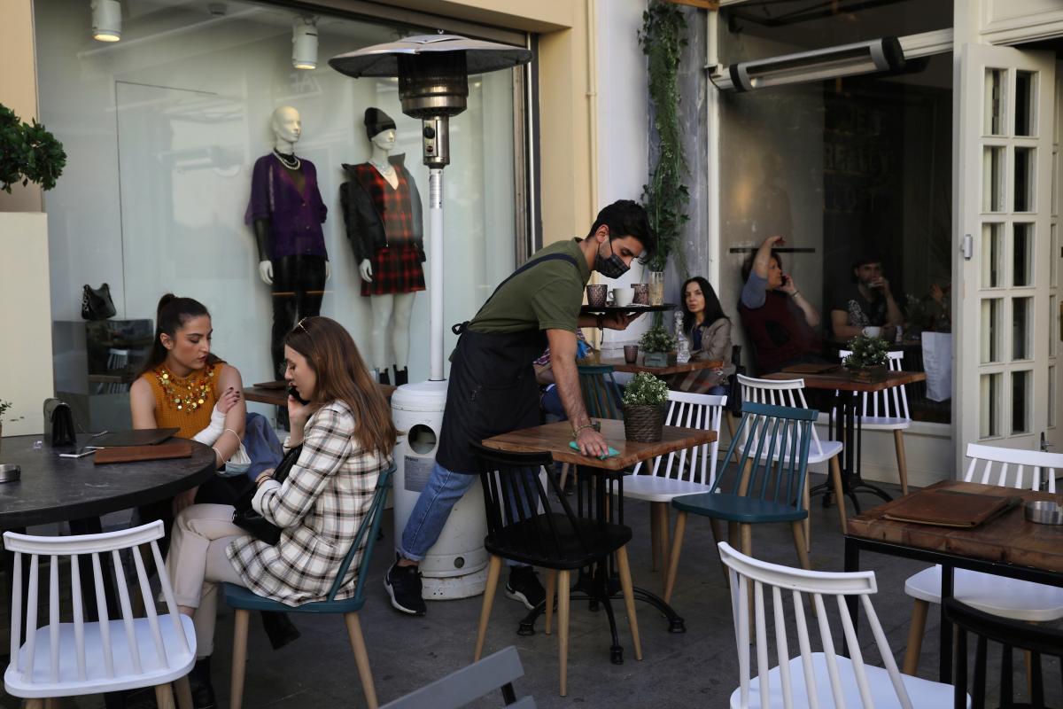 В Греции на месяц закроют бары и рестораны / фото REUTERS
