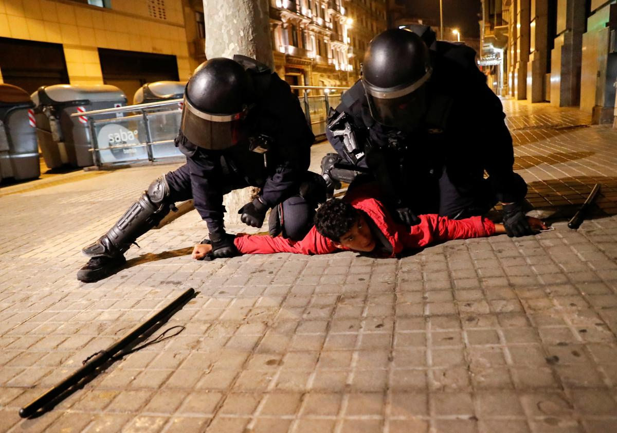 В Испании молодежь протестует против карантинных ограничений /REUTERS