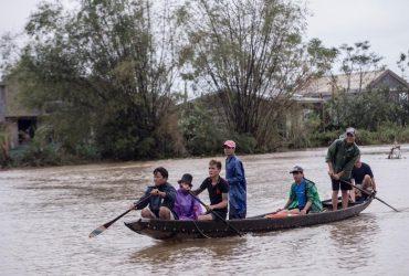 """""""Казалось, что гора рухнет"""": от наводнений во Вьетнаме пострадали 5 миллионов человек (фоторепортаж)"""