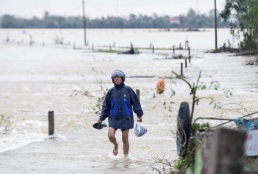 """Тисячі людей евакуйовані: шторм """"Саудель"""" вдарив по Філіппінах і попрямував до В'єтнаму"""