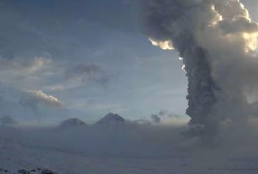 У Росії одночасно вивергаються два великих вулкани (відео)