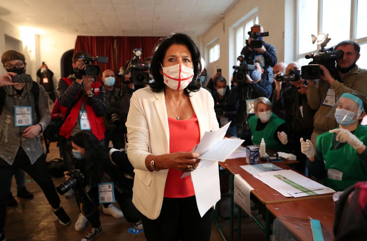 Президент Грузії Саломе Зурабішвілі голосує на виборчій дільниці / фото REUTERS