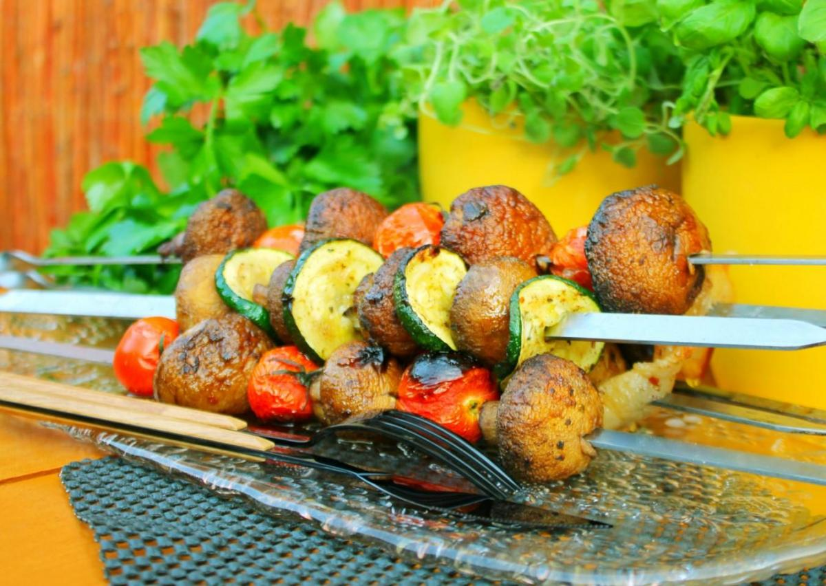 Шашлык с грибами и овощами / фото 1000.menu