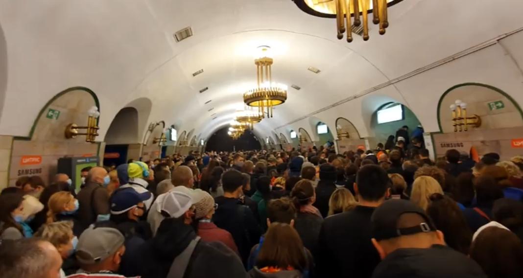 Натовп у київському метро / скріншот відео