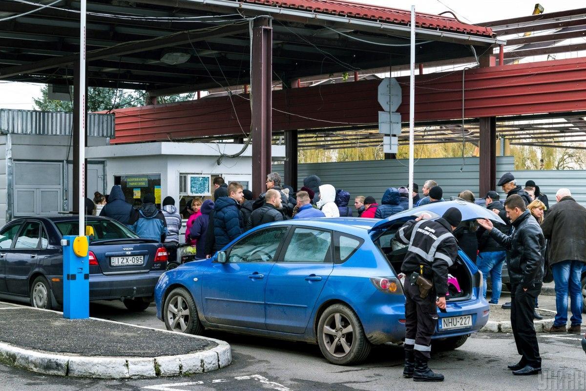 """В пункте пропуска """"Лужанка"""" образовались большие очереди из автотранспорта / фото УНИАН"""