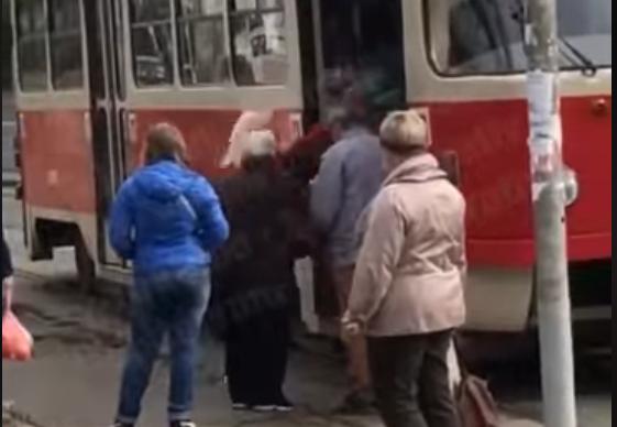 Женщину останавливали другие люди / скриншот видео