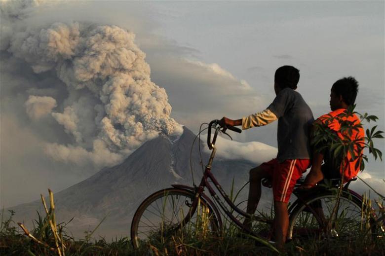 Ілюстрація : виверження вулкана Мерапі / Фото REUTERS