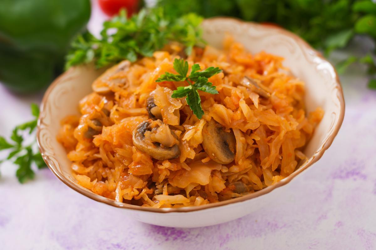 Рецепт тушеной капусты с грибами / фото ua.depositphotos.com