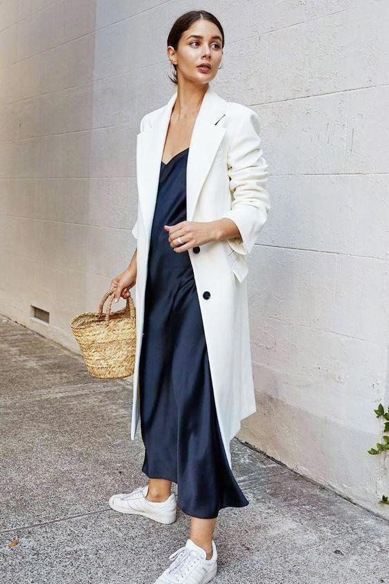 Комбинация с пальто и кедами / фото pinterest.com