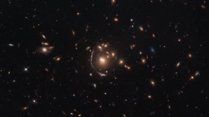 Галактика LRG-3-817 видна на снимке в виде дуги / фото ESA/Hubble & NASA, S. Allam