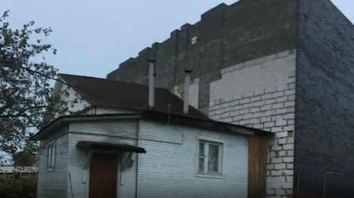 У россиянина отпилили часть дома / скриншот