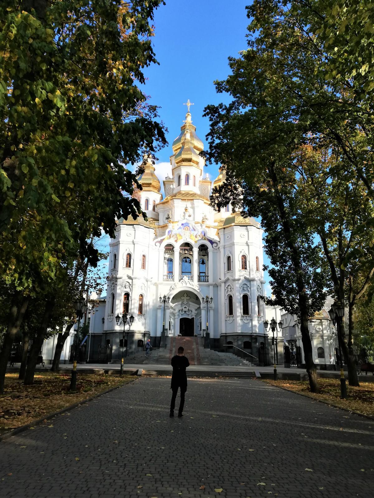Сквер перед Храмом Святих Дружин-Мироносиць у Харкові / фото Марина Григоренко