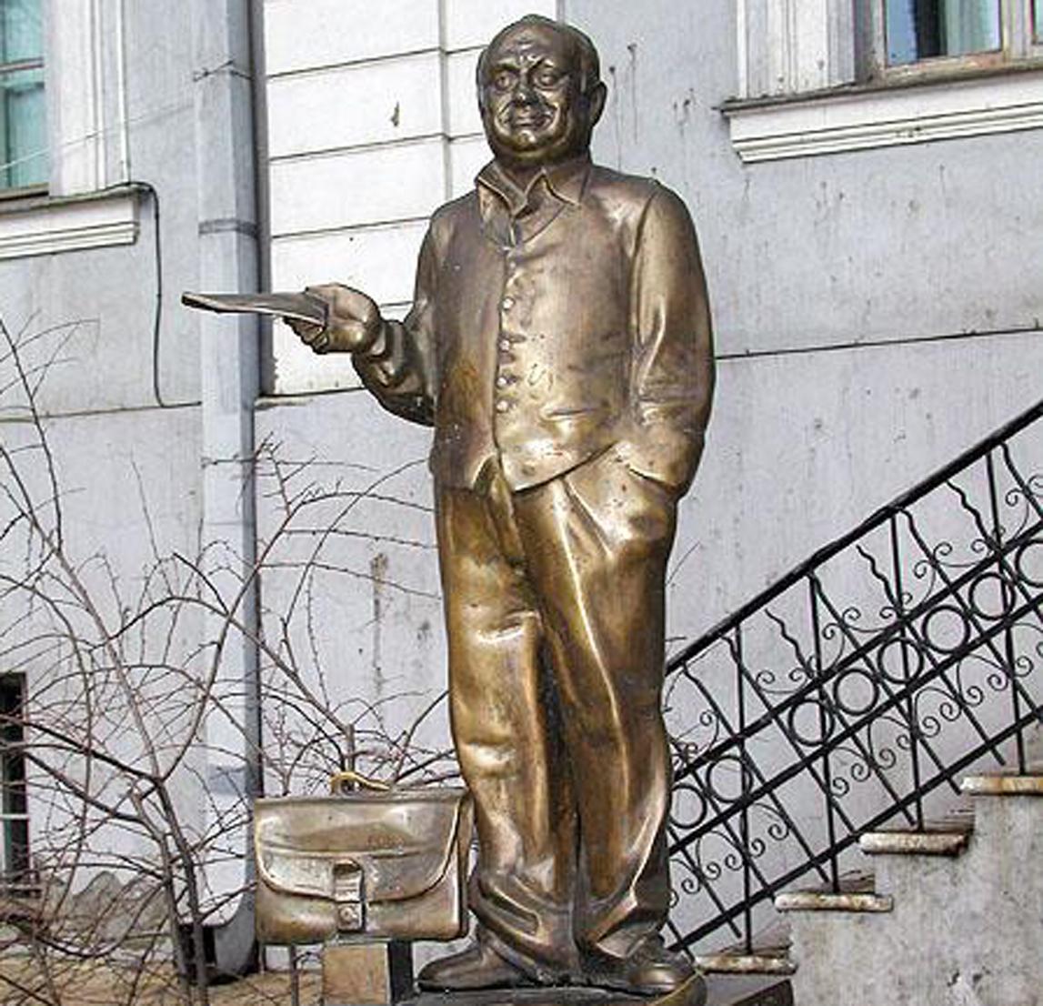 Мини-памятник Жванецкому в родной Одессе