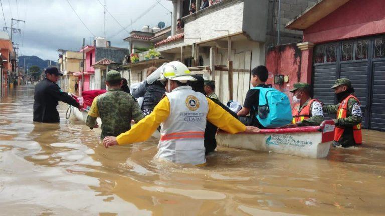 Спасатели помогают пострадавшим от наводнения / Civil Protection Chiapas