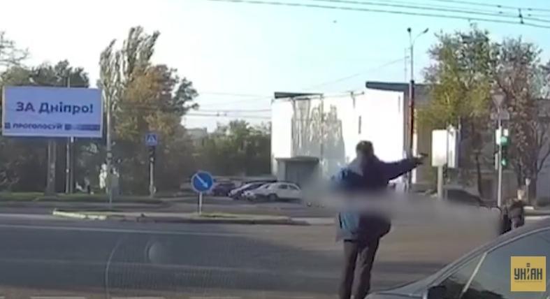 В момент стрельбы мимо мужчины проходил ребёнок / Скриншот