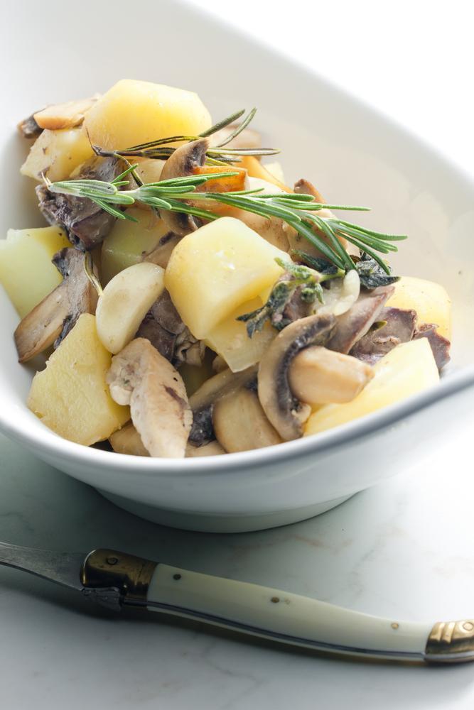 Жареная картошка с курицей и грибами / фото ua.depositphotos.com