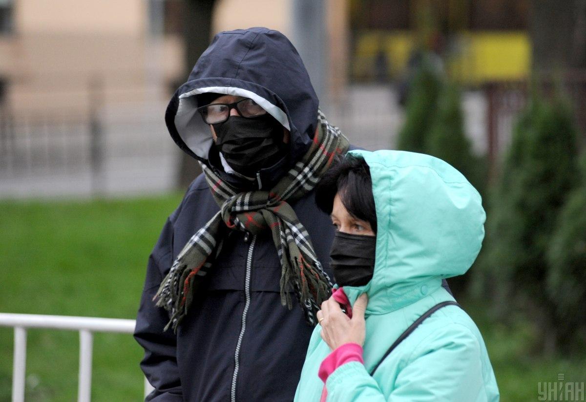 Инфекционист посоветовала, что делать, если некомфортно в маске/ фото УНИАН