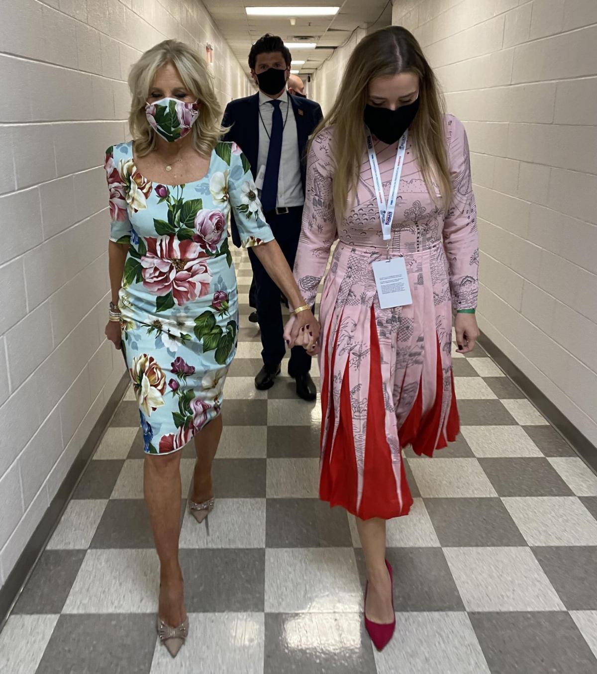 Джилл Байден в брендовом платье / фото twitter.com/DrBiden