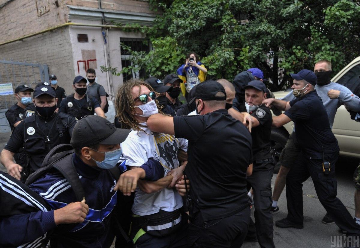 Применение электрошокера - полиции могут расширить полномочия / Фото УНИАН, Сергей Чузавков