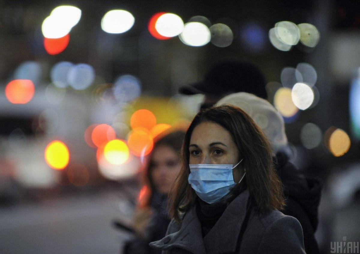Маска защищает от коронавируса и того, кто ее носит, и окружающих / фото УНИАН, Сергей Чузавков
