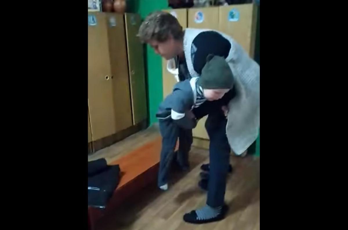 Воспитательница силой натягивала штаны маленькому мальчику и довела его до слез/ скриншот из видео