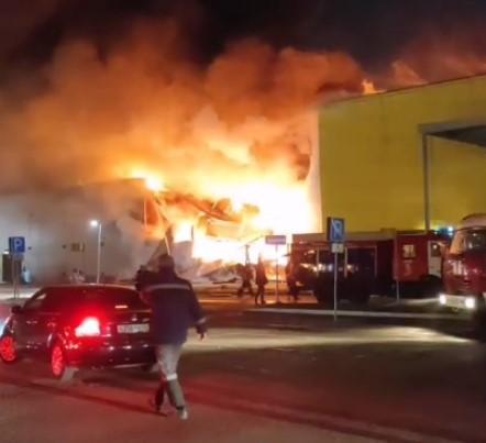 На кадрах видно большой столб огня и дыма/ скриншот из видео