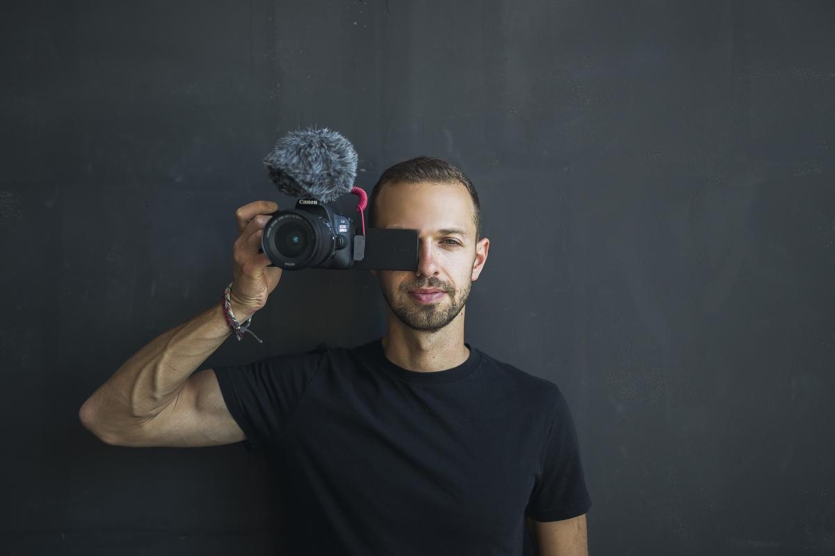 Антон Птушкин снимает свое тревел-шоу сам / фото пресс-службы «1+1»