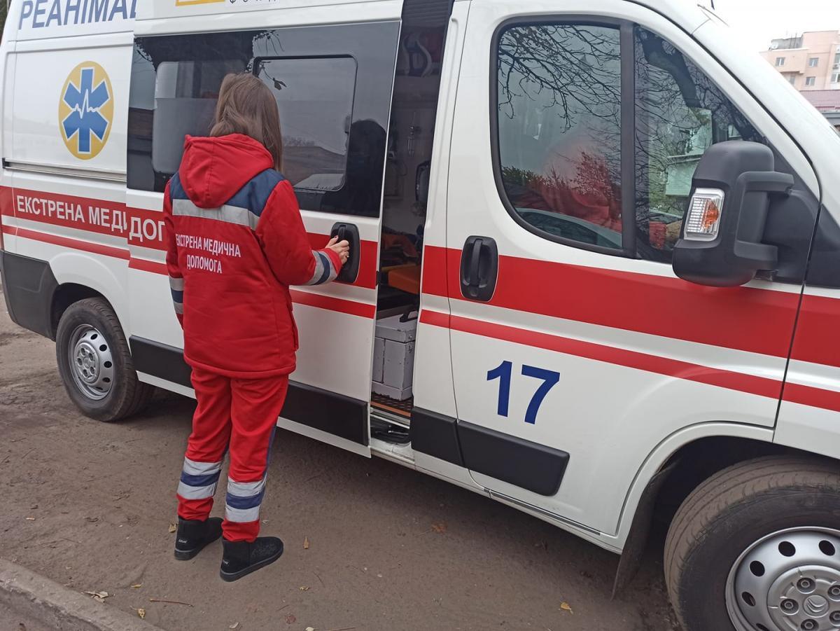 """Под Ривне медик """"скорой помощи"""" отправился пешком по сугробам к пациенту в село / Черкасский центр экстренной медпомощи"""