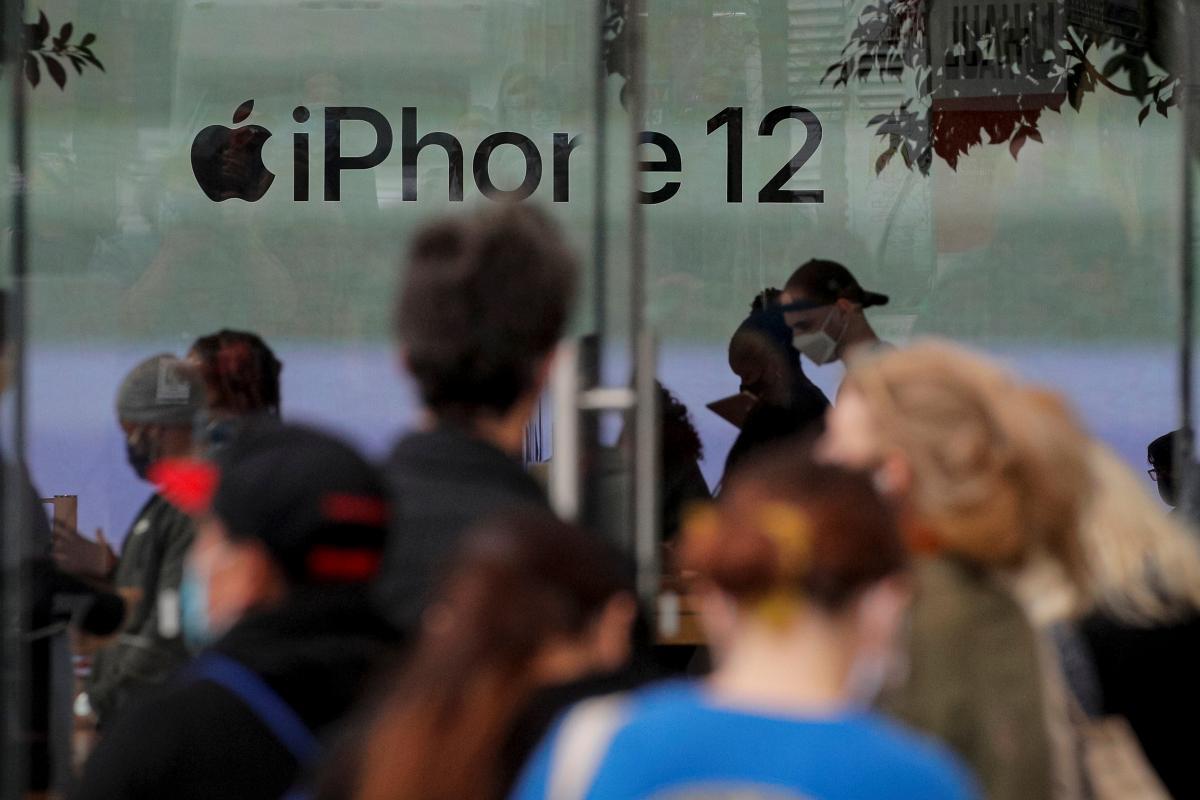 Специалисты изучили все компоненты флагманского смартфона Apple/ Иллюстрация REUTERS
