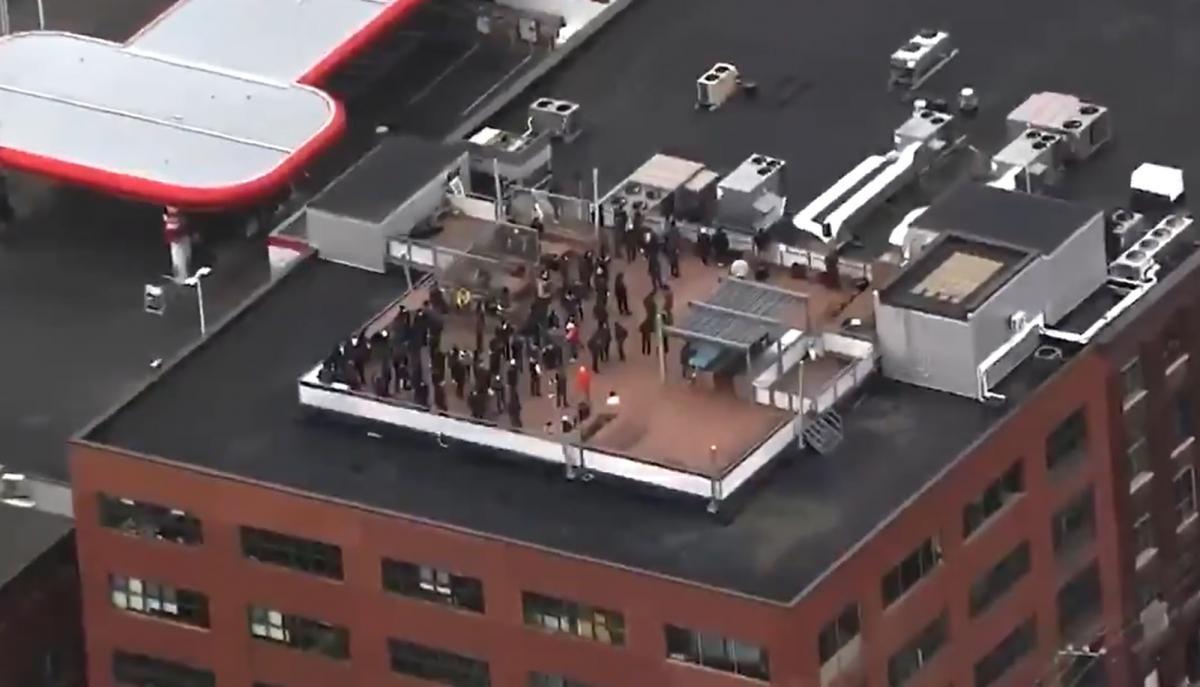 Співробітники вийшли на дах будівлі / фото twitter.com/DextrousNinja