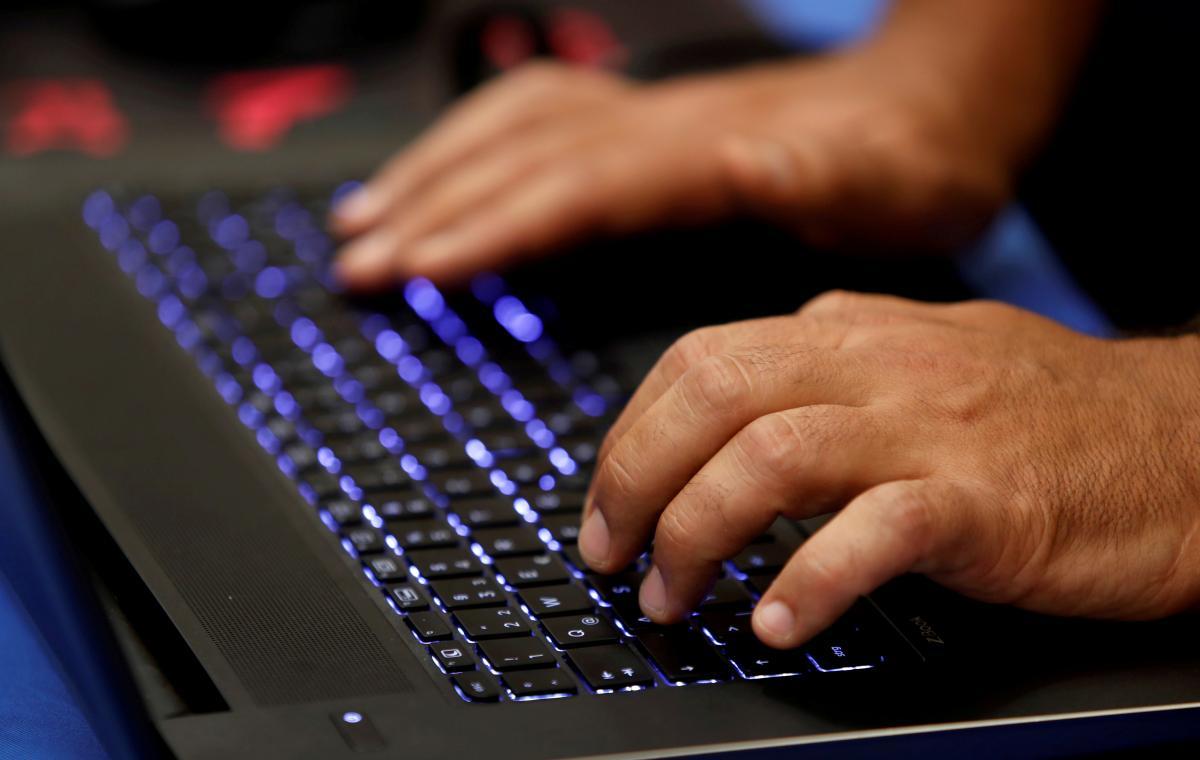 По данным правоохранителей, он осуществлял координацию других хакеров / фото REUTERS