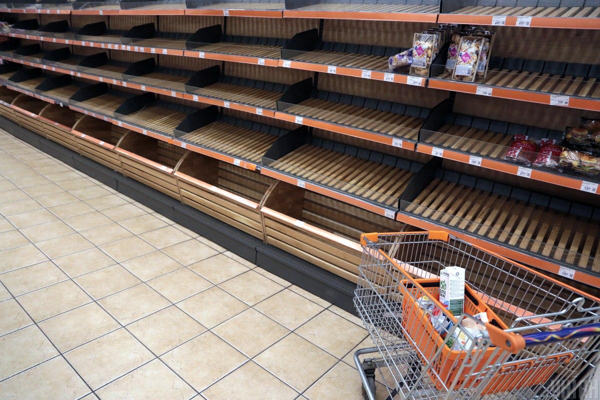 Карантин выходного дня - надо ли убирать с полок маркетов непродовольственные товары / Фото УНИАН, Денис Прядко