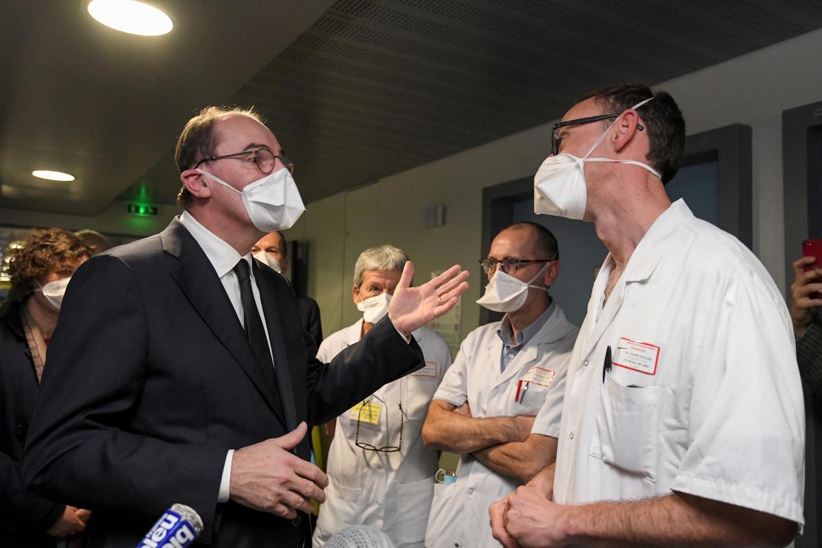 """Премьер Франции отметил, """"жить с вирусом"""" придется по меньшей мере до лета / REUTERS"""