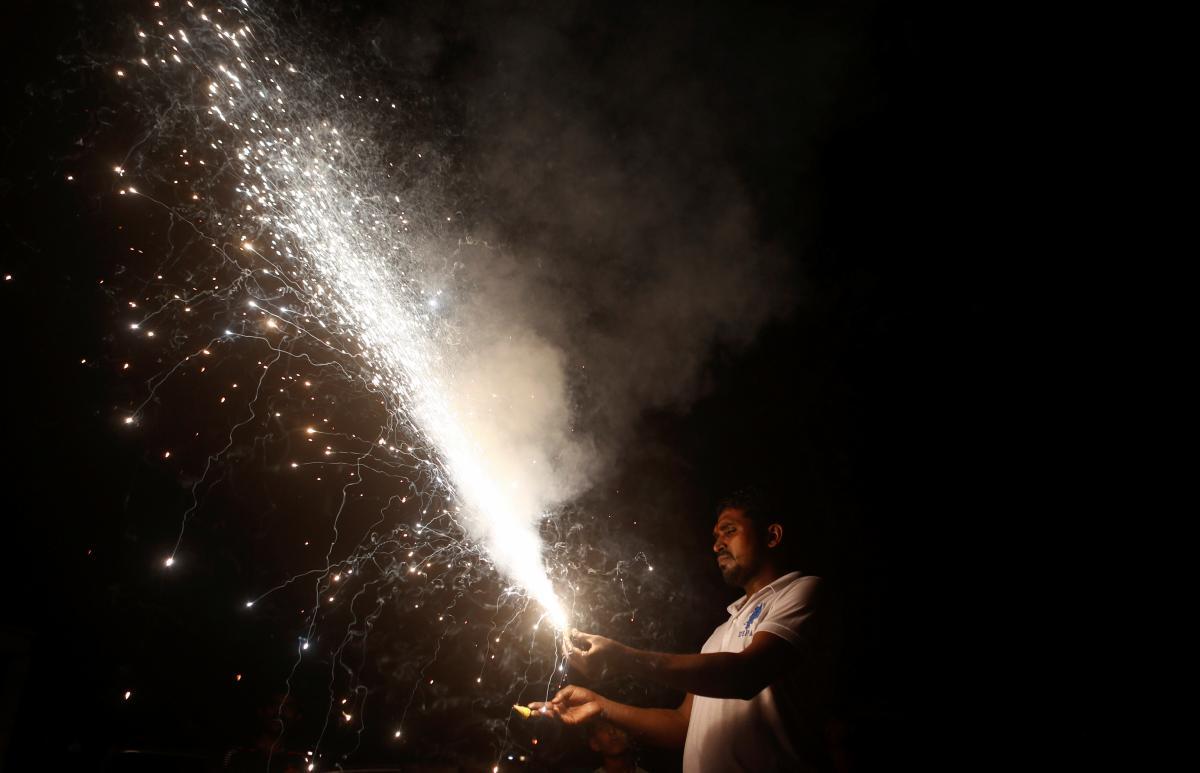 Во время праздника зажгли 606 569 масляных светильников, горевших 45 минут / REUTERS