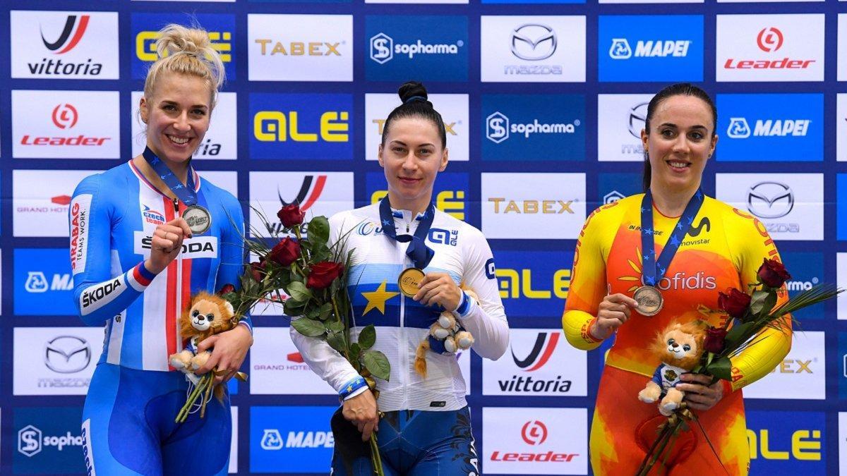 Старикова (в центре) принесла Украине первое золото на ЧЕ / фото twitter.com/UEC_cycling