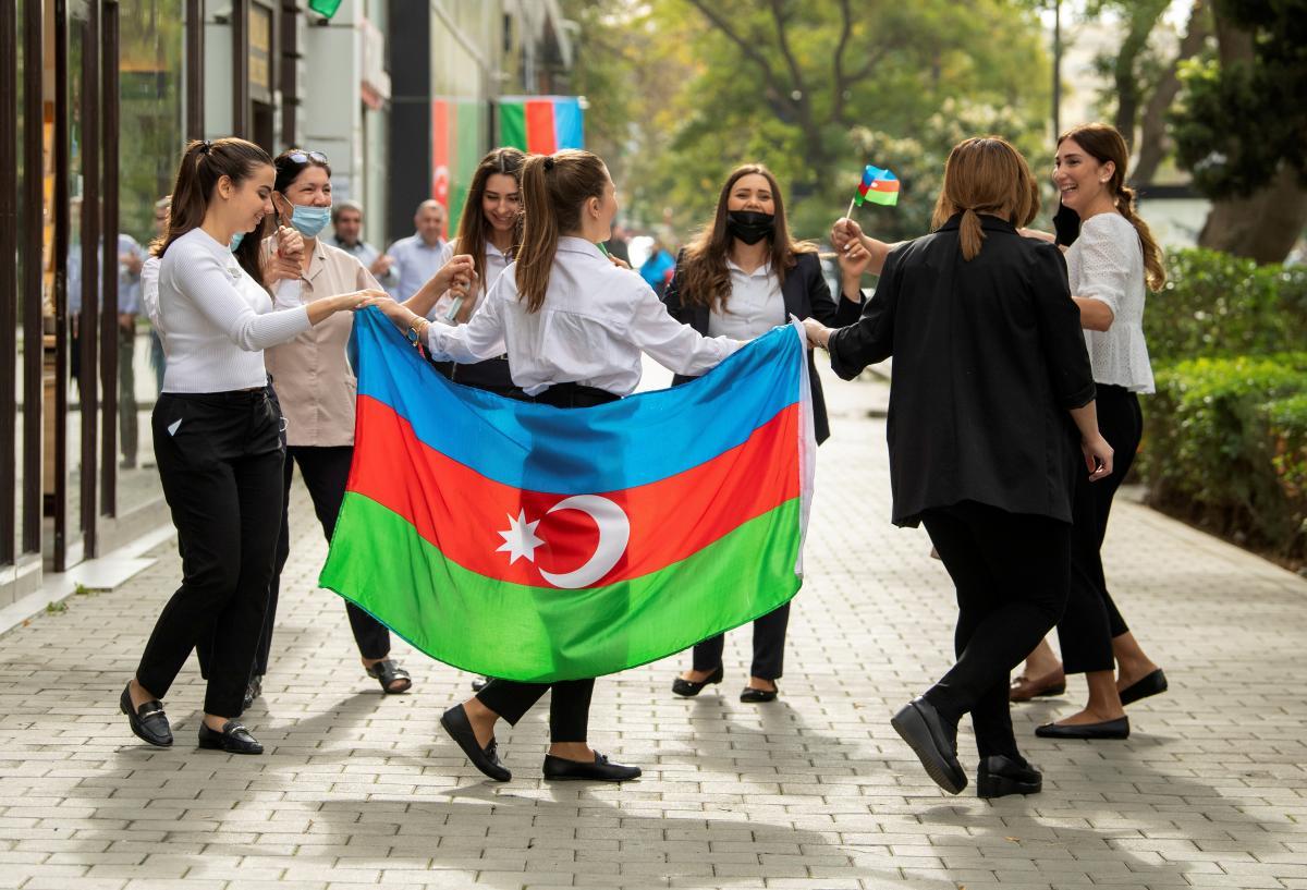В Баку танцюють після підписання угоди про припинення військового конфлікту навколо Нагірно-Карабахського регіону/ фото REUTERS