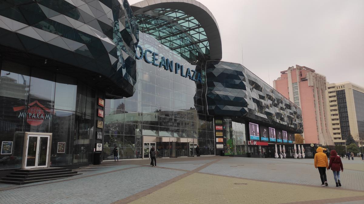 Оушн Плаза закрыт, на площади у ТЦ непривычно пусто / фото УНИАН