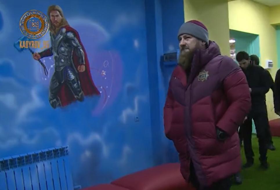 Стены в одном из зданий оформили рисунками с героями вселенной Marvel / Скриншот