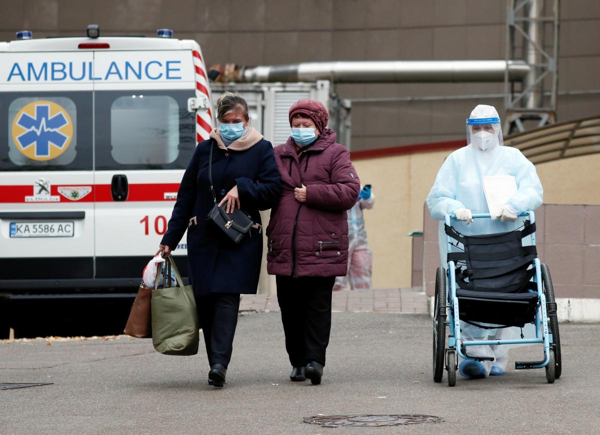 В Киеве на стационарном лечении находятся более 2 тысбольных COVID-19 / фото REUTERS
