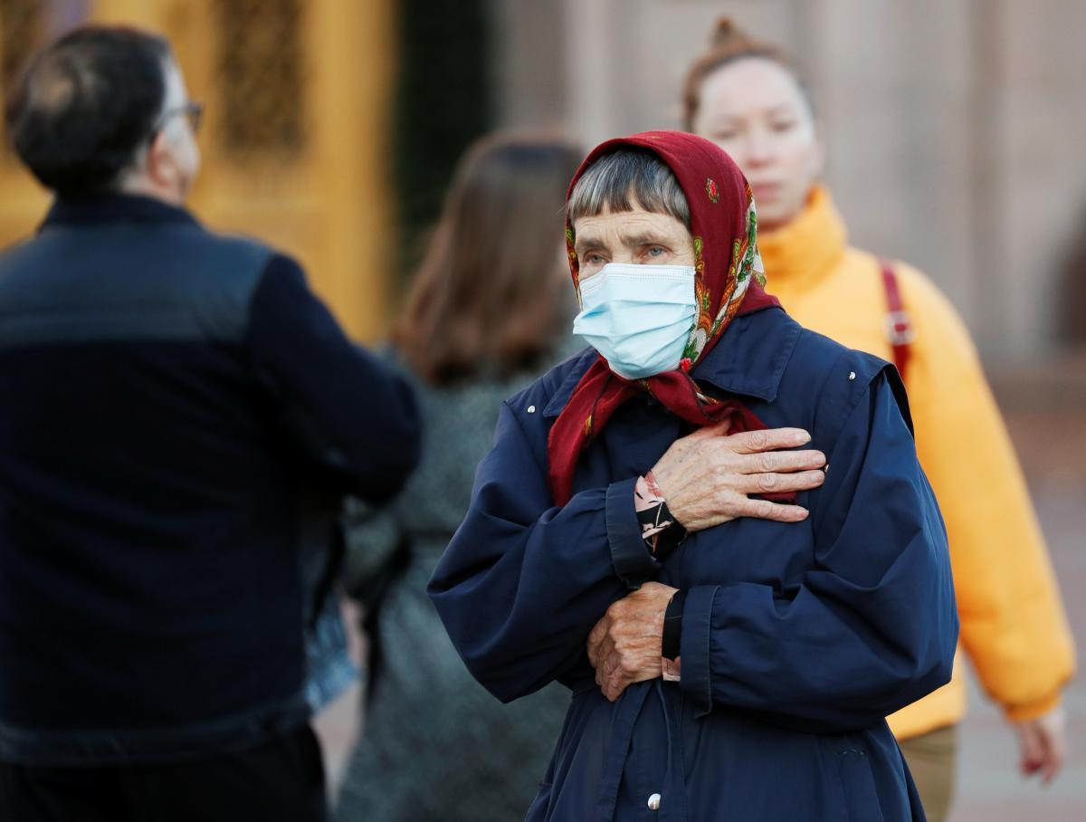 Маска защищает от коронавируса / REUTERS