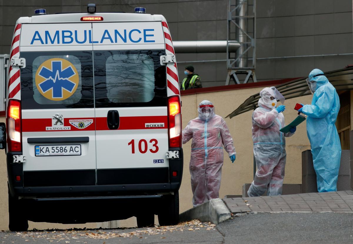 """В нескольких городах Украины врачи """"скорой"""" отказались забирать пациентов с коронавирусом / фото REUTERS"""