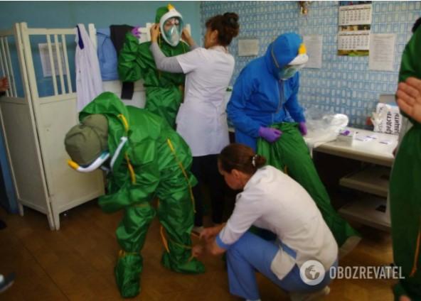 """Лікарі скаржаться, що замість костюмів хімзахисту їм почали видавати """"якісь халатики"""" / фото Obozrevatel"""