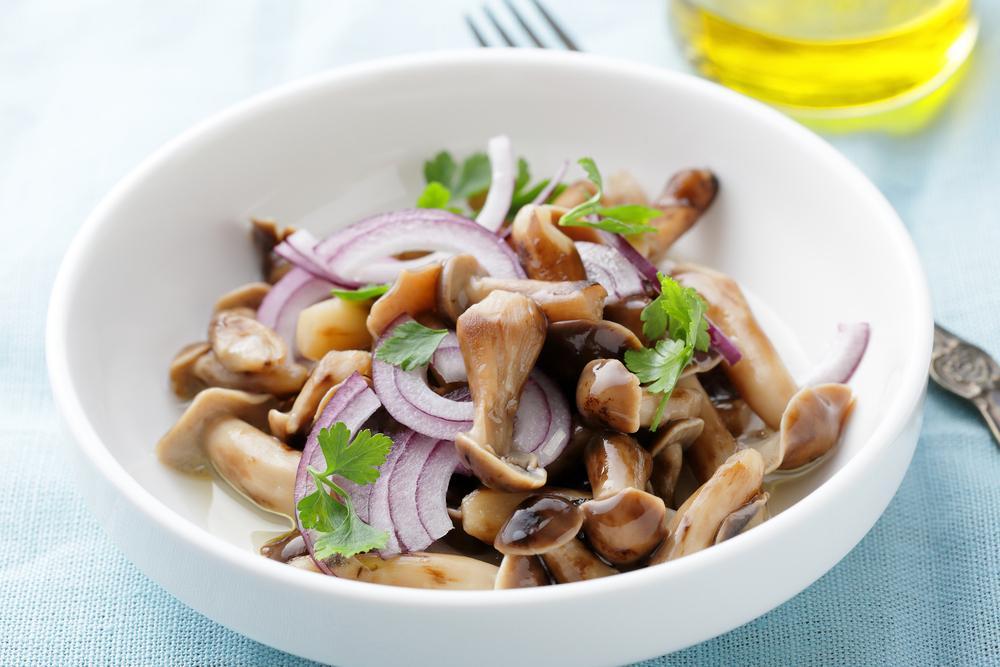 Салат с грибами маринованными / фото ua.depositphotos.com