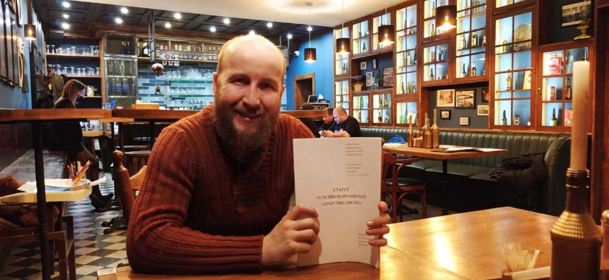 Тарас Ковальчук пояснює, що створює релігійну організацію «Братство лисих» у відповідь на абсурдні, на його думку, дії уряду / фотоАндрій Вацик