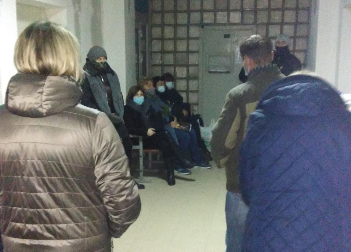Очереди по полсотни человек собираются в довольно маленьком помещении / фото соцсети