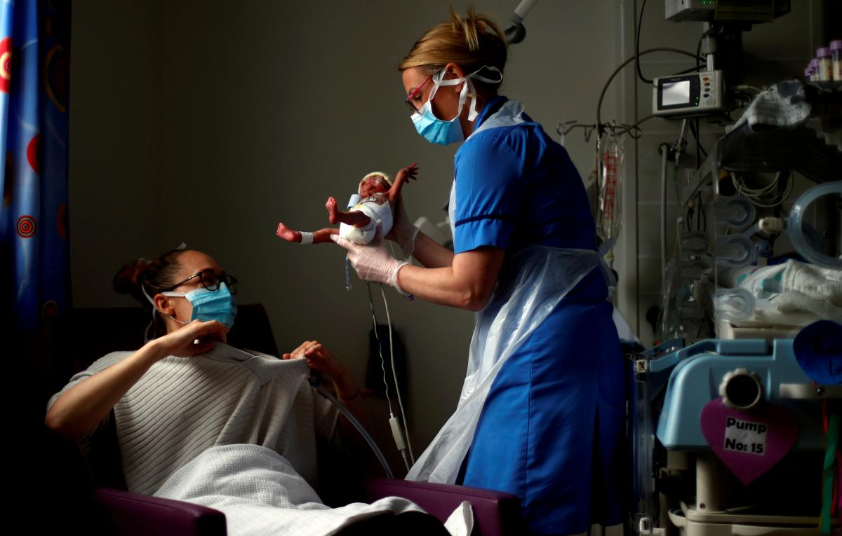 Роды после трансплантации матки во Франции / фото REUTERS