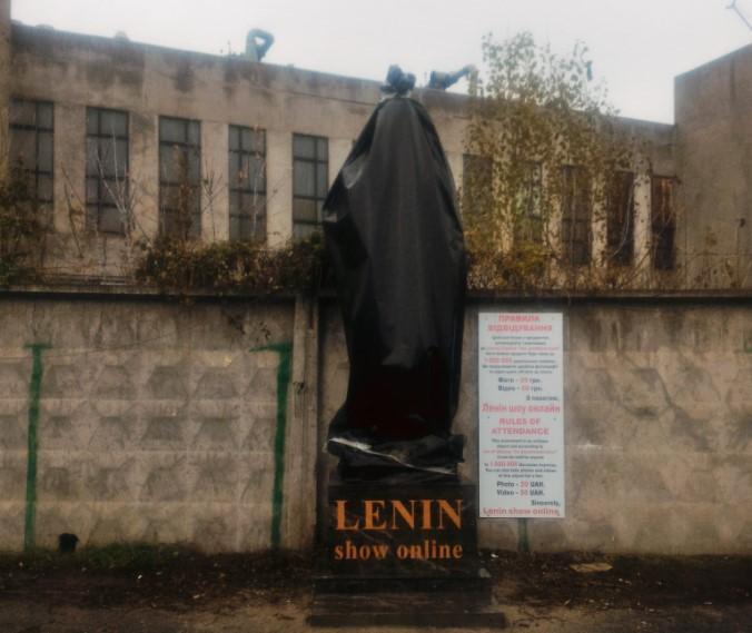"""Напис на монументі говорить: """"Ленін шоу онлайн"""" / фото Олег Черниш / Facebook"""