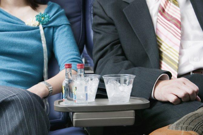 Чоловік ще в літаку зіпсував собі відпочинок / фото: pivopey.ru