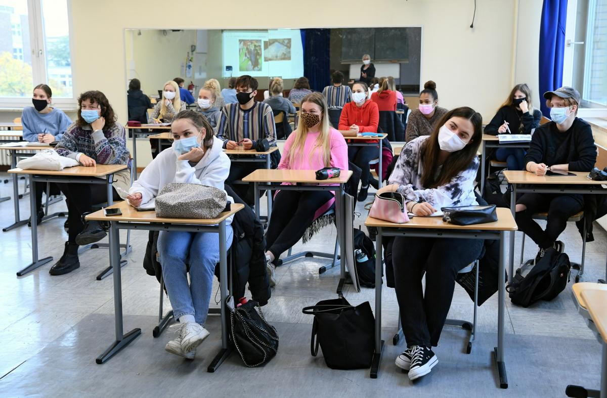 В Україні на COVID-19 у даний час хворіє 5195 учнів та 9600 вчителів / фото REUTERS